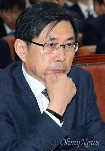 박상기 법무부 장관이 31일 국회에서 열린 법제사법위원회 종합 국정감사에서 의원들의 질의를 듣고 있다.