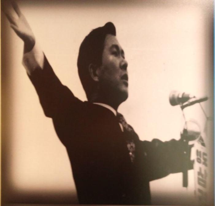제7대 대선에서 유세 중인 김대중 후보 당시 대선에서 '40대 기수론'을 앞세운 신민당의 김대중 후보가 혁신적인 공약으로 돌풍을 일으키자 공화당의 박정희 후보는 색깔론과 함께 영호남 지역감정을 부추겼다. 김대중도서관에 전시된 사진을 촬영했다.
