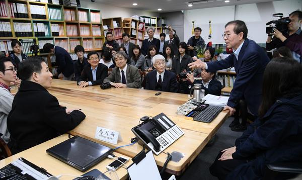 박원순 서울시장이 2일 시장실을 방문한 일본 대학생 방문단을 맞아 위안부 등 역사문제에 대한 질문에 답하고 있다.