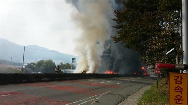 2일 오후 1시 30분경, 김해 장유에서 창원으로 들어오는 창원터널 왕복 4차선 도로에서 폭발로 인해 차량 10여대가 불에 타 양방향 차량이 전면 통제되고 있다.
