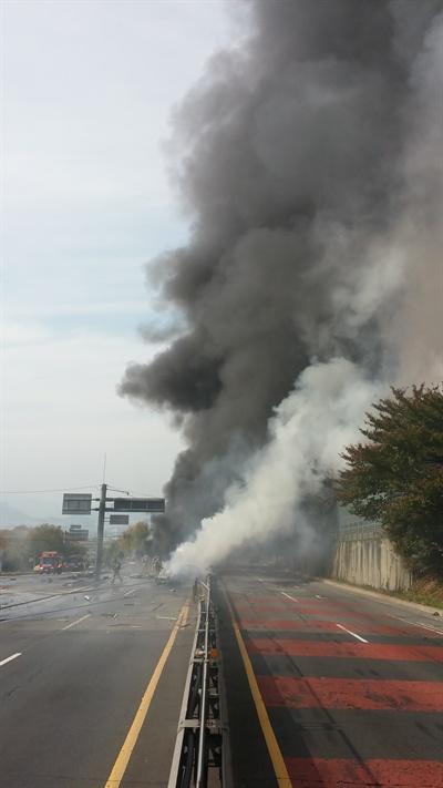 2일 오후 1시 30분경, 김해 장유에서 창원 방면으로 들어오는 창원터널 왕복 4차선 도로에서 폭발로 인해 차량 10여대가 불에 타 양방향 차량이 전면 통제되고 있다.