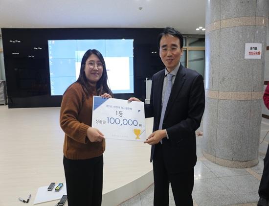 행사를 지켜보다가 난데없이 시상자로 호명된 이봉수 세명대 저널리즘스쿨대학원장이 골든벨을 울린 김차영 씨에게 상을 주고 있다. ⓒ 유선희