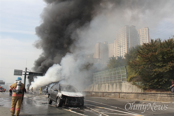2일 오후 1시30분경 발생한 창원터널 입구(창원쪽) 차량 화재 사고 현장.