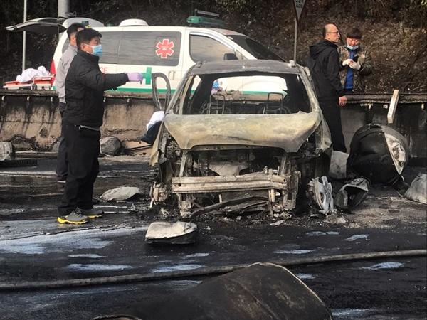 2일 오후 창원터널 입구 차량 화재 현장으로, 불에 탄 차량 안에서 어린 아이가 죽은 채 발견되었다.