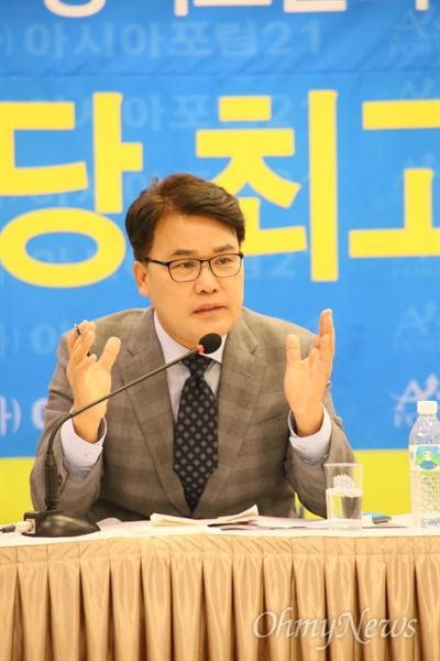 이재만 자유한국당 최고위원이 2일 오전 대구 수성호텔에서 '아시아포럼21' 초청 토론회에서 발언하고 있다.