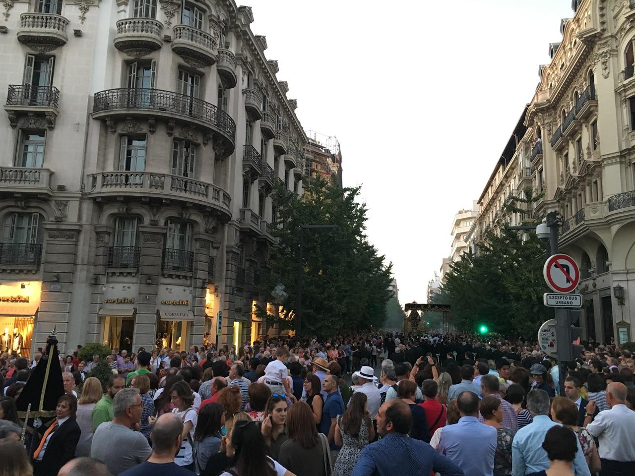9월 24 성인 기념일을 맞아 거리로 나온 사람들