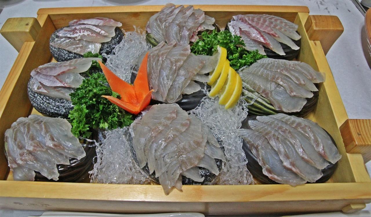 오늘 메뉴는 자연산 농어와 감성돔이다.