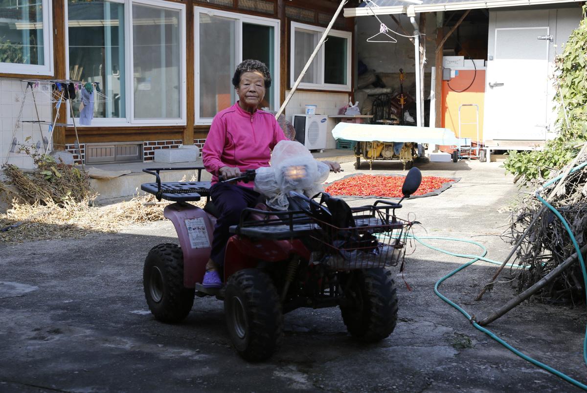 조계순 할머니가 밭으로 고추를 따러 간다며 사륜 구동차를 타고 집을 나서고 있다. 지난 10월 24일 오후다.