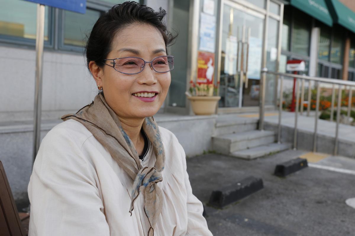 곡성군 성인 문해학교 교사 김애순 씨가 조계순 할머니에 대한 얘기를 들려주고 있다. 김 교사는 매주 화·목요일 오후 목동마을에서 수업을 하고 있다.