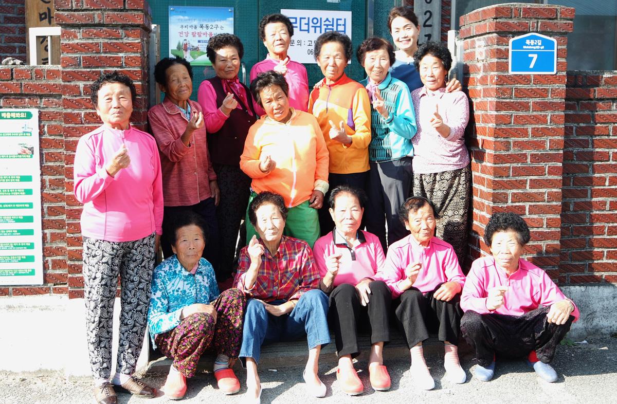 조계순 할머니 등 곡성군 고달면 목동2구 마을 경로당에서 글을 배우고 있는 할머니들이 수업이 끝나고 한 자리에 모였다. 지난 10월 24일이다.