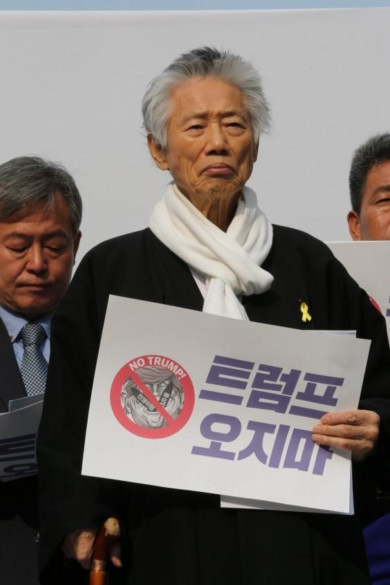 지난 1일 서울 광화문에서 평화시국회의가 주최한 기자회견에 참석한 백기완 소장.