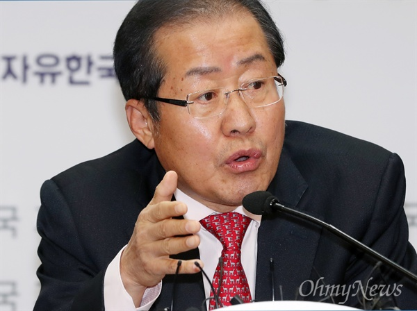 자유한국당 홍준표 대표가 3일 오후 서울 여의도 당사에서 기자간담회를 열고 박근혜 전 대통령의 출당을 공식 발표하고 있다.
