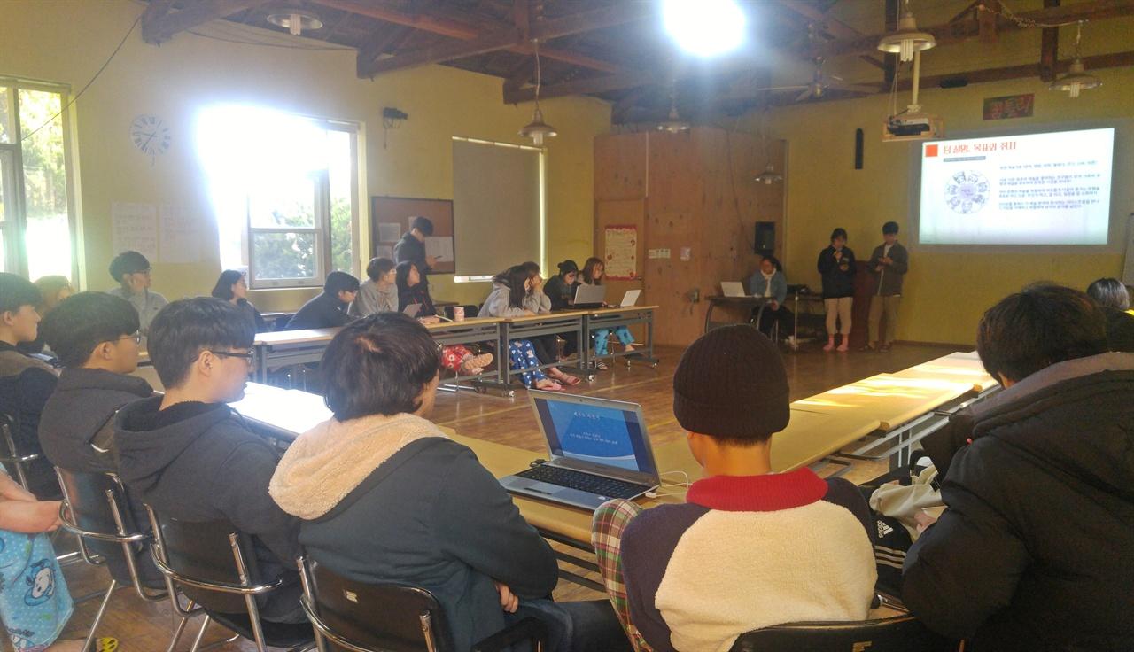 『예술가를 찾아서』팀의 발표를 듣고 있는 꿈틀리인생학교 친구들.