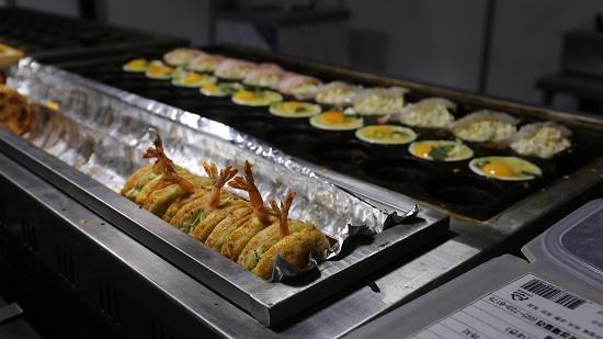 계란 산업전 부스에서 판매하는 치빗코야키. '치빗코(ちびっこ)'는 일본어로 '작은 꼬마'라는 뜻이며 '치빗코야키'는 일본의 '오코노미야키'를 어린아이처럼 작게 만든 길거리 음식이다. 간편하게 먹을 수 있는 영양간식으로 계란, 파, 새우가 들어간다.