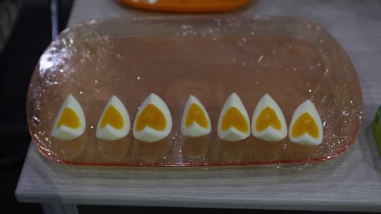 감동란 김세영 과장이 시식용으로 준비한 삶은 달걀 제품. 노른자가 하트 모양으로 보인다며 관람객에게 사진이 예쁘게 찍히는 각도를 추천했다.