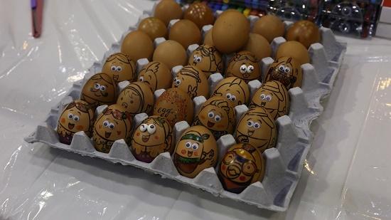 계란 아트체험 부스에서는 준비된 미술 도구를 사용해 계란에 그림을 그릴 수 있다.