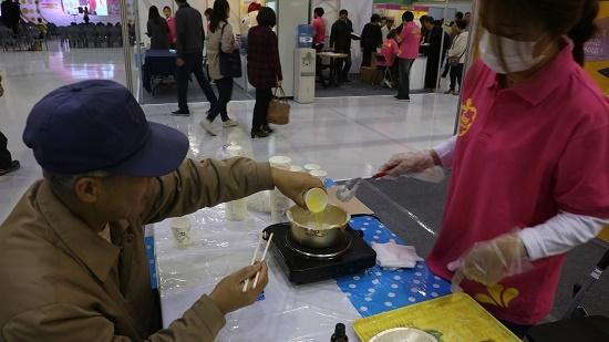 비누 만들기 체험존에서 홍기훈 씨가 계란 흰자로 비누를 만들고 있다.