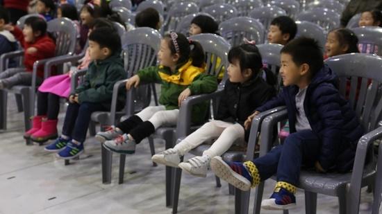 양재 천사유치원 어린이들이 계란 창작 뮤지컬을 관람하고 있다.