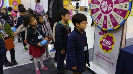 돌림판 앞에서 경품을 기다리는 어린이들.