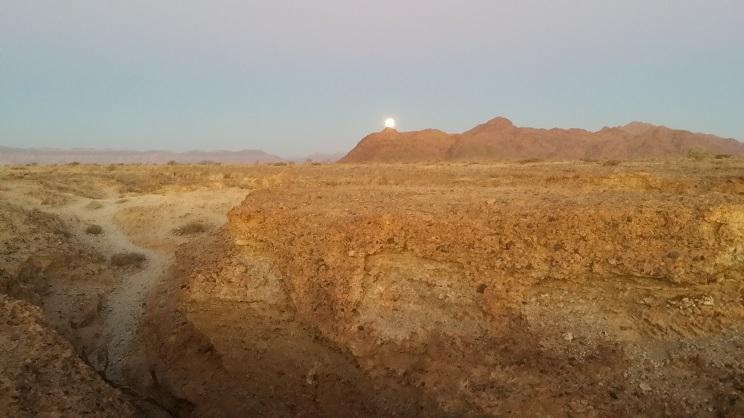 세슬림캐년에서 바라보는 열엿새날 달 오후 늦게 세슬림캐년을 탐사하고 나왔더니 갓 보름이 지난 둥근달이 산위에 걸쳐 있었다.