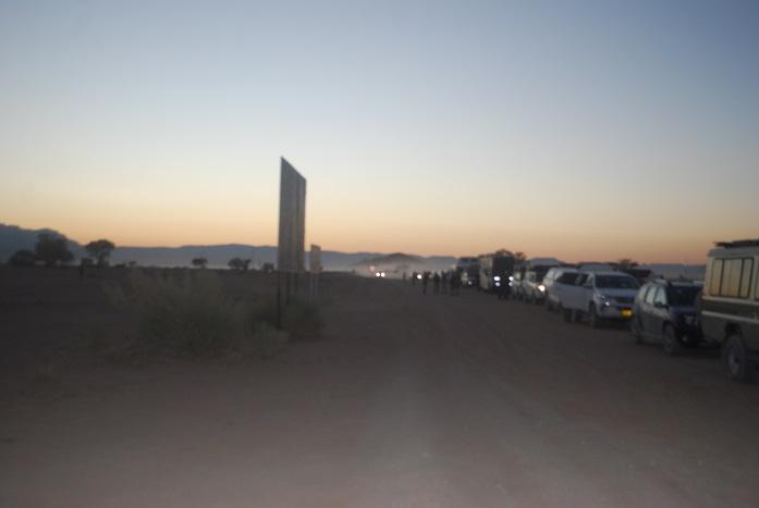 데드블레이를 향하는 차량 행렬 아침 이른 시간에 출입문이 열리는 시간을 기다리면서 줄을 서 있는 차량 행렬