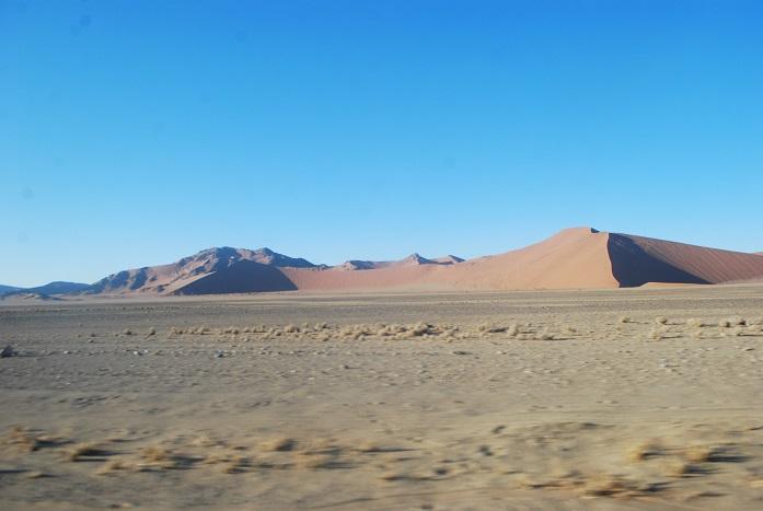 데드블레이로 향햐는 사막의 사구들 끝없이 이어지는 붉은 모래 사막이 장관을 이루는 나미비아의 나우클루프트 국립공원 지역의 모래 사구들은 아주 다양한 모습으로 다가왔다.