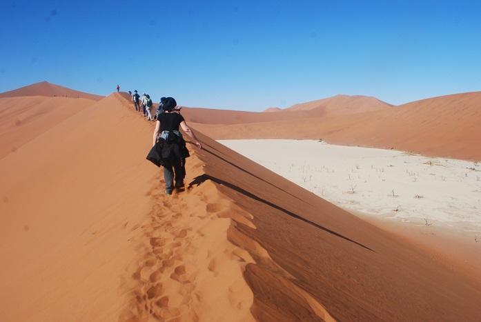 데드블레이 사막 능선길을 걸으며 허옇게 보이는 곳이 옛날에는 호수였으나 지금은 말라버리 데드블레이인 것이다. 그 붉은 모래능선길을 오르는 별난 체험을 하고 있는 사람들