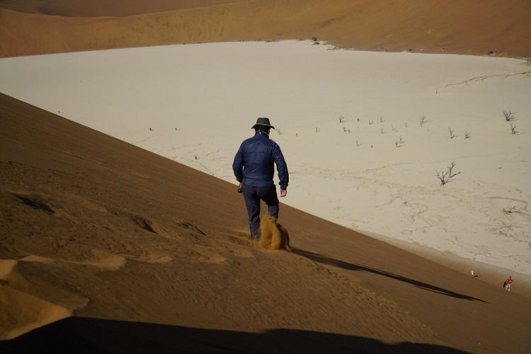 모래비탈을 달리는 사람 모래 능선에서 데드블레이를 향해서 가파른 모래 비탈길을 달려 내려가는 최균석 선생, 나도 해 보았더니 넘어지지도 않고 위험하지 않았다.