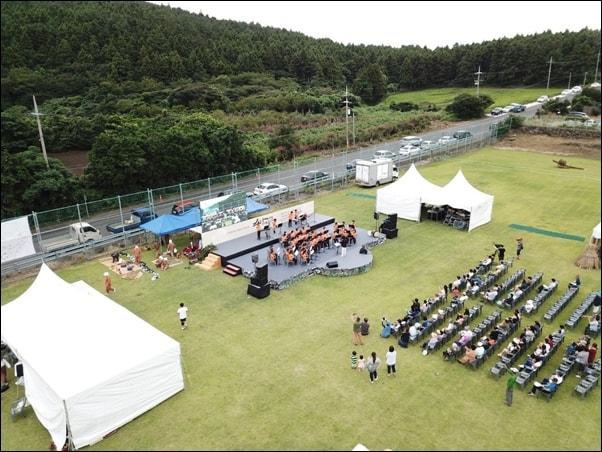 송당초등학교 목관앙상블은 마을 행사에는 빠지지 않고 참여한다. 지난 9월에 열린 마을 주최 축제에서 공연하는 모습.