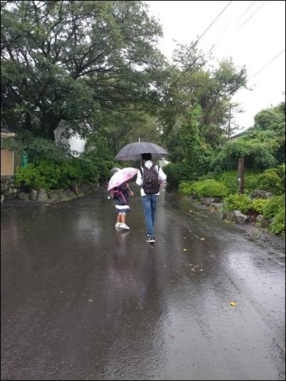 초등학생이 된 동생을 6학년 오빠가 데리고 등교 하는 모습.