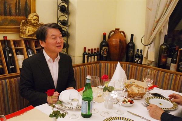 3박 5일간의 독일-이스라엘 방문차 출국한 국민의당 안철수 대표가 3일(현지시각) 독일에 도착해 백범흠 주 프랑크푸르트 총영사와 프랑크푸르트 시내의 한 식당에서 만찬을 하고 있다.