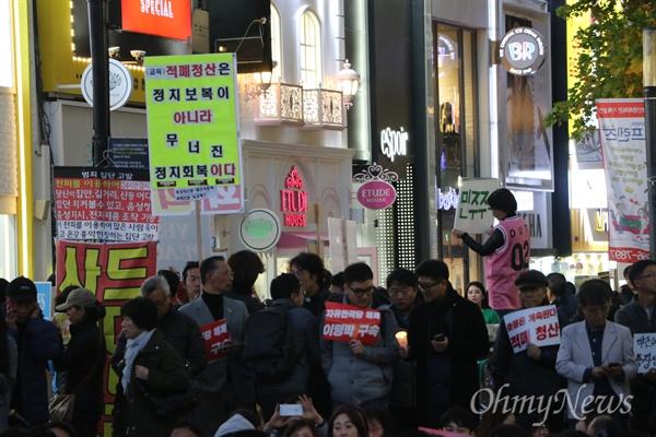 박근혜 대통령퇴진을 요구하며 촛불을 들었던 대구시민들이 1주년을 맞아 4일 오후 동성로 대구백화점 앞에서 다시 촛불을 들었다. 한 시민이 '적폐청산은 정치보복이 아니라 무너진 정치회복이다'라고 쓴 피켓을 들고 있다.