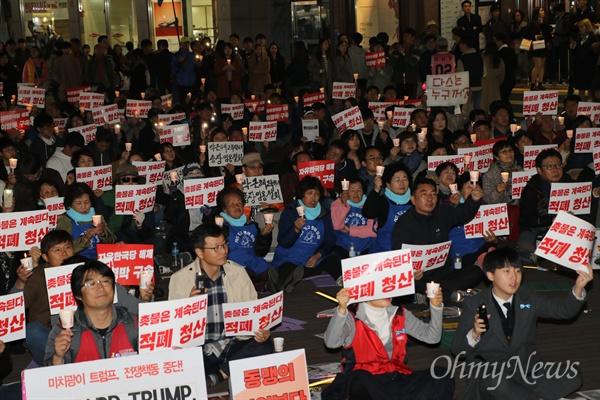 박근혜 퇴진을 요구하며 촛불을 들었던 대구시민들이 4일 오후 대구백화점 앞에서 다시 촛불과 피켓을 들고 적폐청산을 외쳤다.