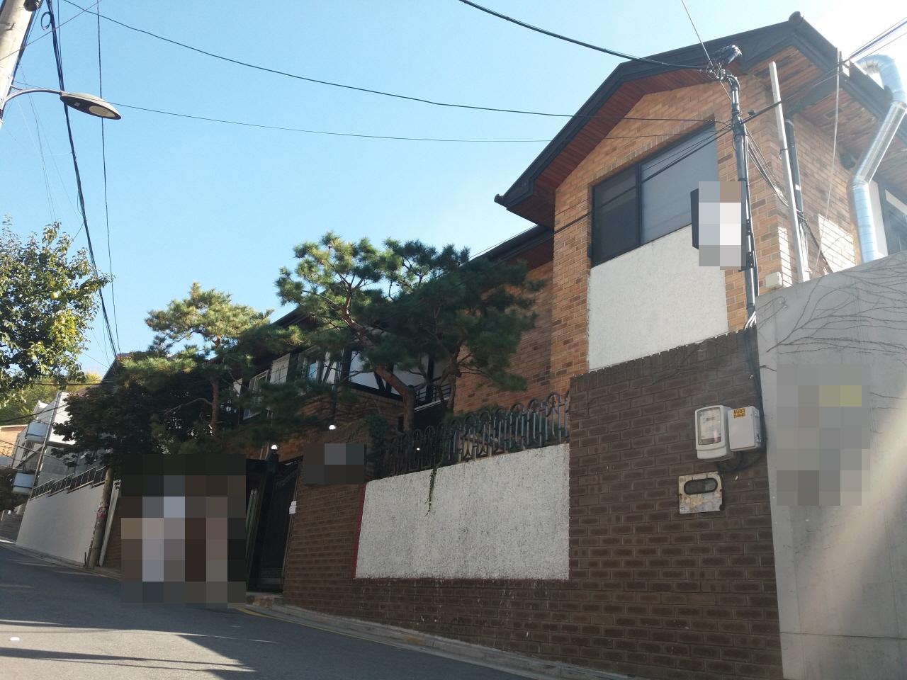 """지난 10월 31일 오후 기자는 강남역 사거리 인근의 한 셰어하우스를 방문했다. 최근 한 언론에서 """"170평 대지에 40명이 사는 셰어하우스가 있다""""고 보도한, 바로 그곳이다."""