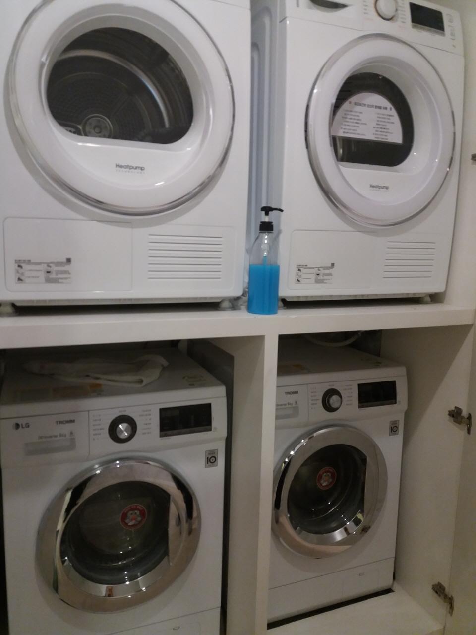 셰어하우스 복도에는 전기식 의류건조기(위), 세탁기(아래)를 두 대씩 놓았다.