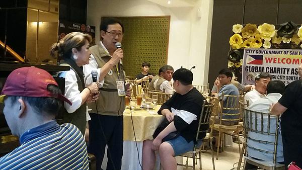 필리핀 산페드로시 로데스시장(중앙)과 여수지구촌사랑나눔회 강병석회장이 합창하고 있다. 이날 저녁만찬은 산페드로시에서 의료봉사활동을 하는 여수지구촌사랑나눔회원들의 노고를 치하하기 위해 마련했다.
