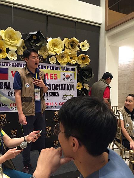 """산페드로 시장의 노래에 대한 답례로 무대에 올라 파바로티의 노래를 열창한 김유환(고2) 군의 모습에 봉사단원과 필리핀 관계자들이 """"브라보!""""를 외쳤다."""