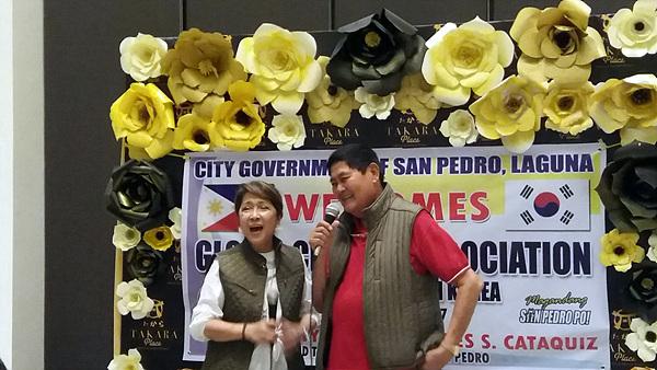 현 시장인 로데즈(왼쪽)씨와 전임시장 카타퀴즈씨가 여수지구촌사랑나눔봉사단을 축하해 주기 위해 노래하고 있다. 둘은  부부지간이다. 카타퀴즈씨는 민주화운동을 했던 아퀴노 대통령이 임명해 21년간이나 산페드로시를 통치했고 로데즈씨도 5년째 시장직을 수행하고 있다.