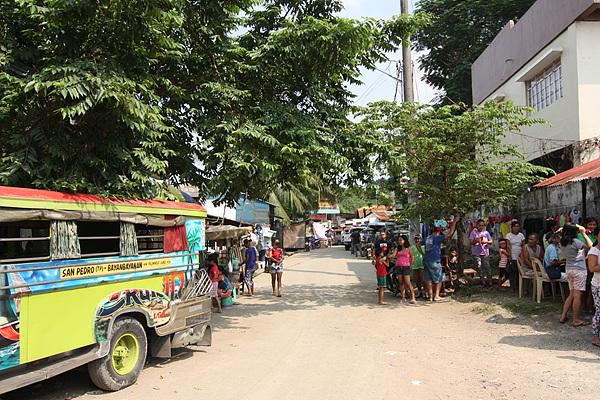 필리핀인들의 운송수단인 지푸니가 왼쪽에 보이고 학교에 한국의료봉사단원들이 왔다는 소식에 사람들이 몰려들기 시작했다.