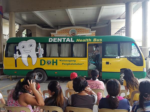 치과진료차 앞에서 대기 중인 환자들. 올해는 치과진료용 장비를 운반하지 않고 산페드로시에서 차용했다.