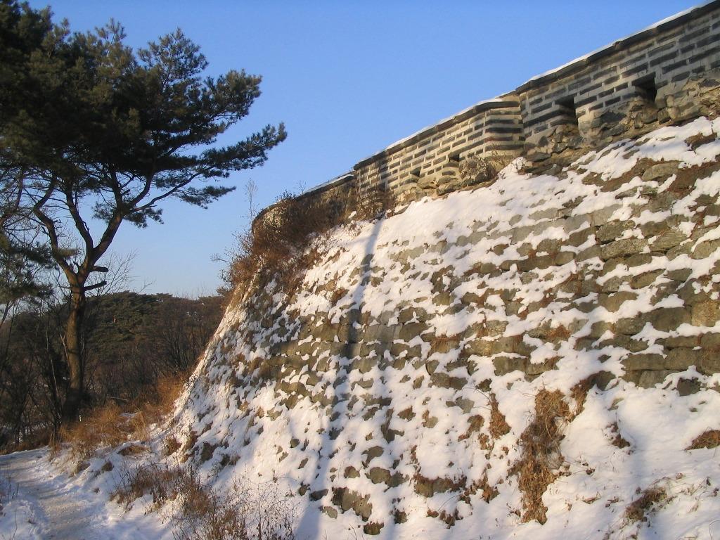눈 쌓인 남한산성 남한산성에서 항전하던 인조가 항복하러 내려올 때도 추운 겨울 날이었다