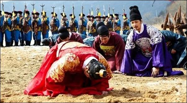 항복식 조선 왕 인조가 청나라 황제 홍타이지에게 무릎 꿇고 삼배구고두를 행하고 있다. 드라마 <꽃들의 전쟁> 장면