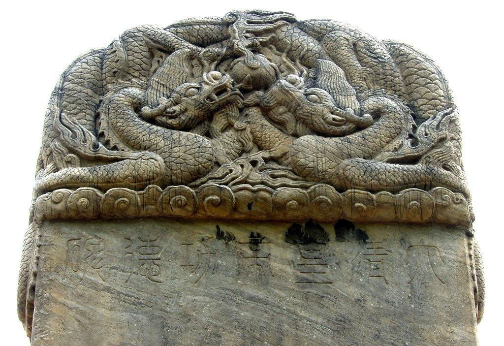 삼전도 비  이수(머리 장식부분)는 당시 장인의 정교한 조각으로 예술성을 인정받고 있다