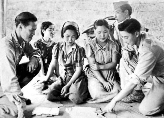 1944년에 미얀마에서 미군의 심문을 받는 위안부 피해자들.