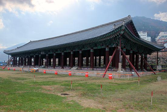 여수 진남관 국보 304호인 진남관은 우리나라 현존 목조 건물 중 가장 규모가 큰 웅장미를 자랑한다. 기둥이 68개나 되는 진남관은 1718년(숙종 44)에 전라 좌수사 이제면이 중창한 것이다. 본래 건물은 이름이 진해루였고, 이순신은 1592년 4월 15일 이곳에서 임진왜란이 일어났다는 소식을 처음 들었다. 경상 우수사 원균, 경상 좌수사 박홍, 경상 감사 김수가 공문을 보내왔던 것이다.