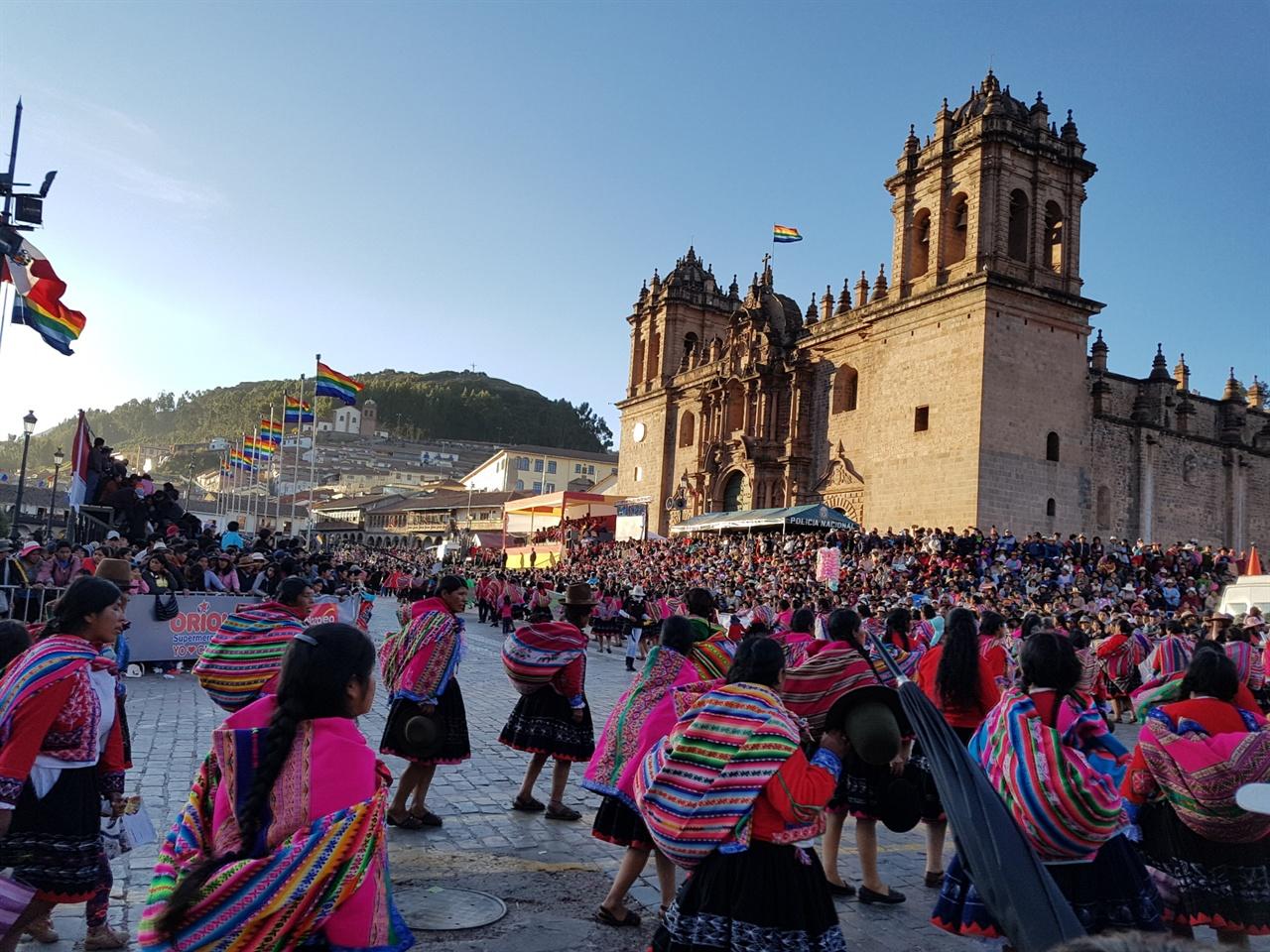 태양제이 '거리퍼레이드' '태양제'는 거대한 석벽의 잉카유적지 '삭사이와만( Sacsayhuaman)'에서 시작되어 쿠스코 대성당까지 약 2 ~ 3Km의 거리 퍼레이드가 이어진다.