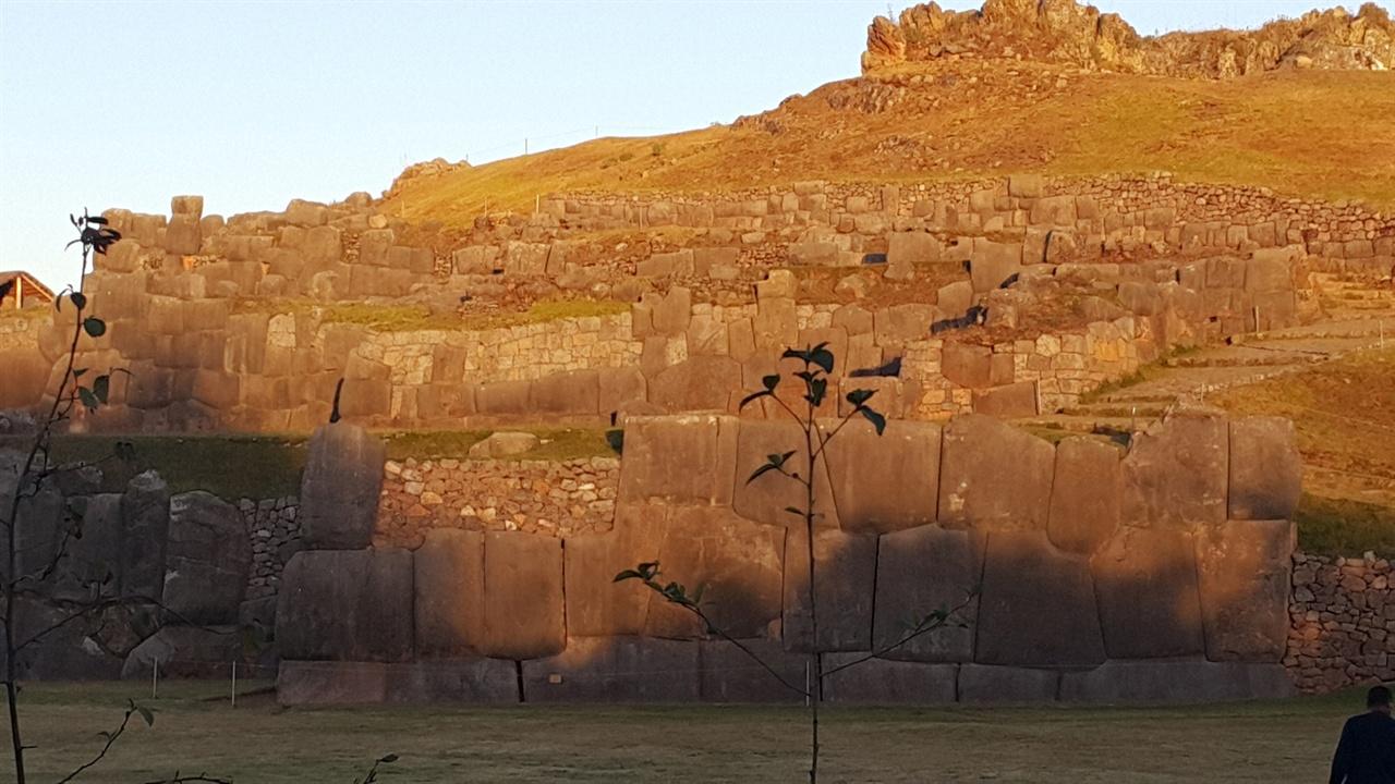 삭사이와만 유적 AD 15세기 잉카의 전성기 때 파차쿠텍(Pachacutec)왕때 건설된 '삭사이와만'은 요새로 건축되었다는 설과 수로시설이라는 학설 그리고 잉카시대 푸마를 숭배했는데, 그 머리 부분이라는 설까지 다양한 견해가 있다.