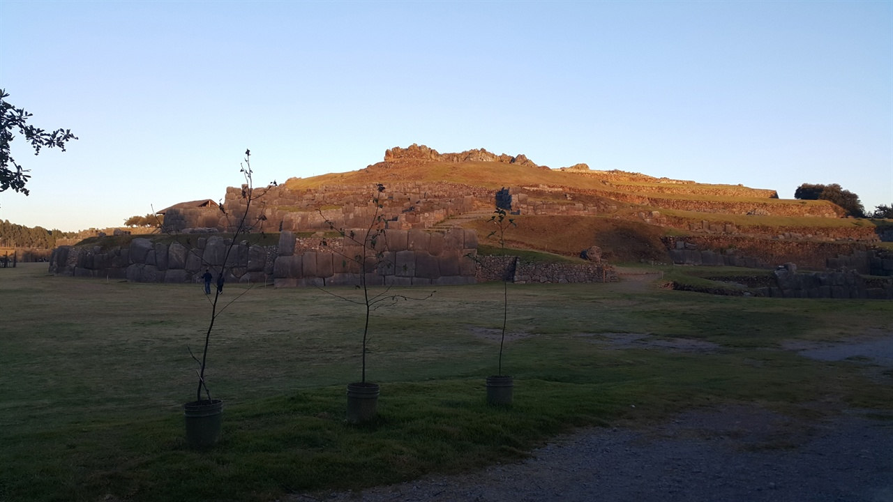 잉카제국군과 스페인점령군 사이의 전투 공간 석벽으로 이루어진 천혜의 요새인 삭사이와만은 스페인점령군과 잉카제국군 사이에 치열한 전투가 벌어졌던 고통의 땅이다.