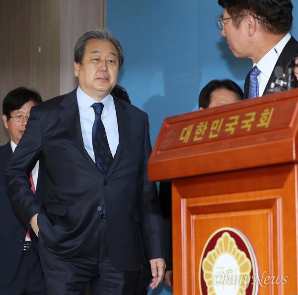 김무성 외 8명, 바른정당 탈당 선언 바른정당 김무성 의원을 비롯한 의원들이 6일 오전 국회 정론관에서 탈당을 공식 선언하기 위해 입장하고 있다.