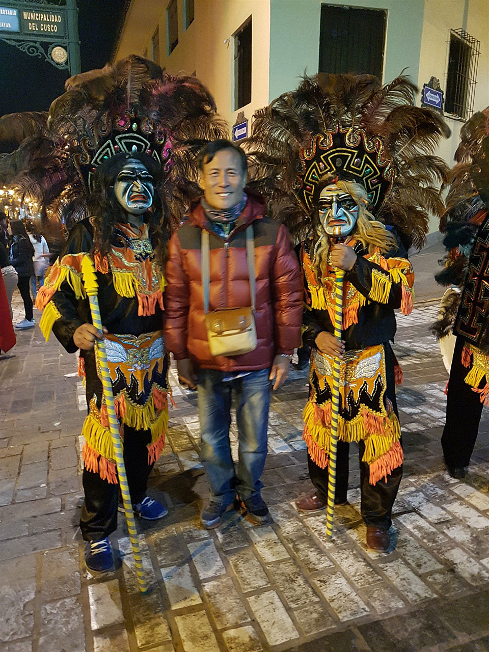 잉카제국군 분장 '태양제' 거리퍼레이드에서 잉카제국군 분장을 한 참가자와 잠시 사진촬영을 했다.